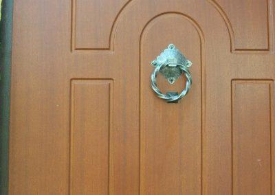 Metaliniai dekoratyviniai elementai durims